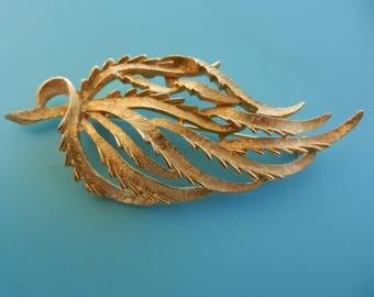 1950s elegant large leaf shaped brooch by KRAMER - beautiful forms in gold Florentine finish - Rare High End Kramer  - Art.912/4