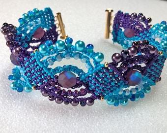 Eyecatching micromacrame bracelet