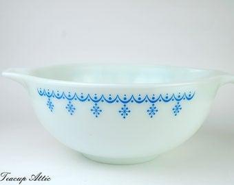 Pyrex White Snowflake Garland Cinderella Mixing Bowl, Vintage Pyrex Bowl, Retro Snowflake Garland 443 2 1/2 Quart, ca. 1960