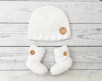 white baby boots and hat set, baby gift set, crochet baby booties hat, gender neutral baby, baby shower gift, winter baby hat