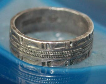 Vintage sterling silver carved ring, marked WS or SW