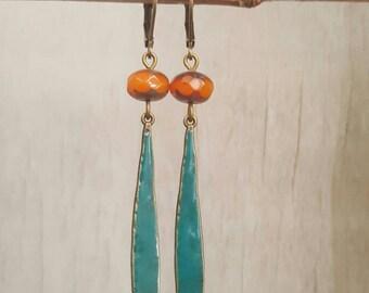 Boucles d'oreilles longues émaillées turquoise et perle de verre tchèque orange