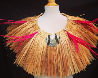Taumi made of hau/more, feathers and shells