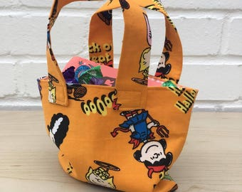 Childrens halloween treat/party bag in 'Peanuts' fabric with orange and white gingham lining