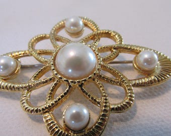 Vintage Brooch, Pearl Brooch, Gold Tone Brooch, Collectible Jewelry, Loops Design,