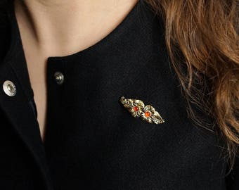 Brooch with 2 leaves and 2 gemstones in red or black. Gold filled