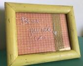 Tableau d'affichage babillard pour écrire sur vitre fait main avec cadre récupéré organisation communication bureau ananas été pois jaune