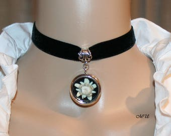 Velvet choker with  genuine cultivated Edelweiss blossoms in a medaillon