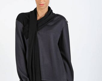 Fluid black sweater with scarf associated