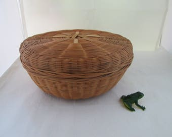 Vintage Round Natural Reed Basket with Lid Hand Woven Basket Lidded Basket Container w lid Hand crafted basket natural basket round basket