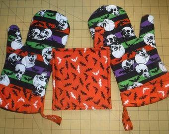 Halloween Skulls and Bats oven mitt/pot holder set