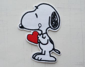 5.3 x 7.3 cm, Snoopy Holding a Lovely Heart Iron On Patch (P-538)