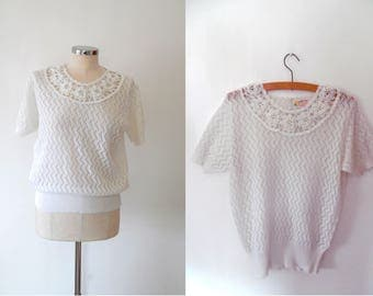 Crochet knit flower top / handknitted / ivory top / embellished / collar / short sleeve / vintage / 1950s / button / scallop knit top