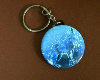 Keychain of a Wolf howling, blue tones