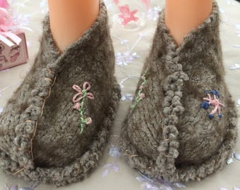 Chaussons bébé en laine feutrée, taille 6 mois, faits mains, taupe, broderies et coutures en 100% coton perlé, rose vert pastel crème