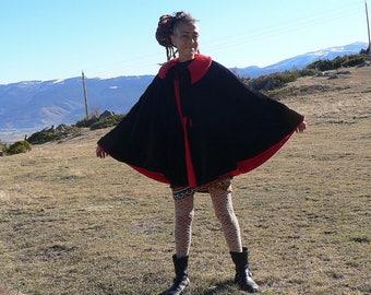 Reversible cape in black velvet and red fleece