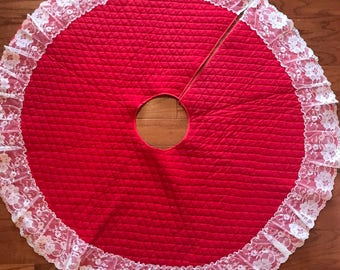 Vintage Farm Style Red Quilted Christmas Tree Skirt with Lace Trim | Retro Hand Crafted Tree Skirt | Retro Christmas Tree Skirt Small Size