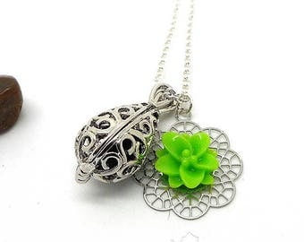 A scent! Necklace has perfume silver green flower