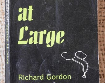 Doctor at Large. Richard Gordon. A Penguin Book 1562. 1961