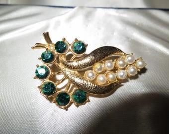 Beautiful vintage gold metal emerald rhinestone fx pearl floral brooch