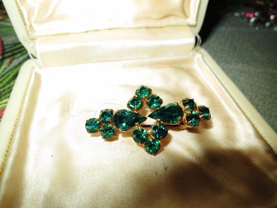Vintage petite 1940s Art Deco gold metal emerald rhinestone brooch