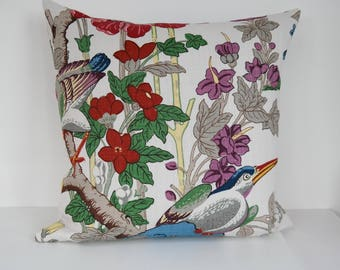 Double-sided 20'' cushion cover TOUCAN, made of Svenskt Tenn linen fabric. For pillow size 50x50 cm (20''x20''). Fabric design GP & J BAKER