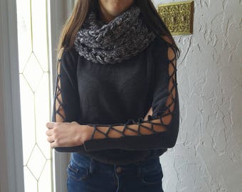 Infinity scarf with three braids color storm, two laps, knitted by hand, made of bulky yarn