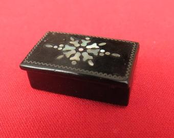 ancienne boite en laquée & nacrée, très joli petit coffret miniature d'époque Napoléon III.old miniature box in lacquered and pearlescent