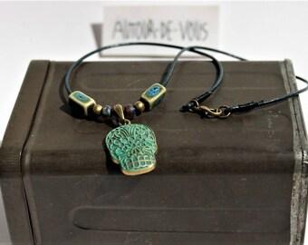 """Collier mexicain """"calavera"""" en cuir avec pendentif tête de mort patinée bronze et perles turquoise"""