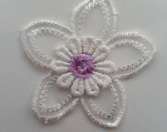 double fleur en dentelle  blanc et mauve   50mm