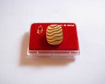 Vintage 1970s Gold Plated Textured Tie Tack Pin with Chain and Original Packaging