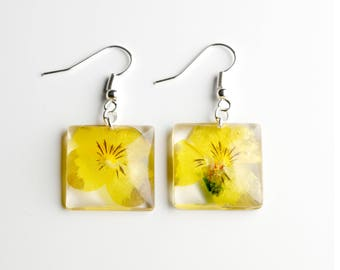 Square-shaped resin pendant earrings with yellow flowers of Pansè-