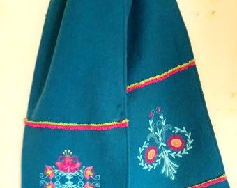 "Echarpe brodée,""broderies florales Jacobine"", laine bouillie bleu canard."