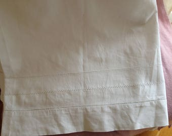 wonderful vintage sheet has no monogram, instead it has 3 rows of drawn threads as decoration