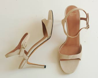Givenchy beige suede ankle strap sandali with gold sole detail