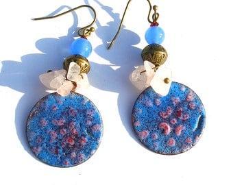 Boucles d'oreilles émail sur cuivre, rose bleu gemmes quartz rose bohème rustique gipsy groovy boho chic ooak unique