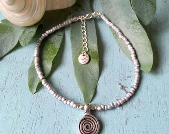 Silvery swirl anklet - Anklet with white and silver coloured seed beads and a swirl pendant