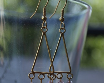 Earrings are made of gold and pearls