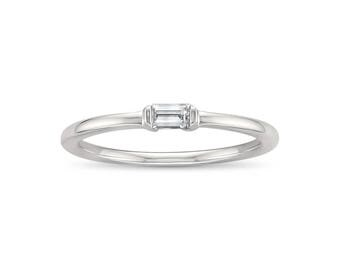 14k White Gold Baguette Solitaire Diamond Promise Ring (1/10 cttw, I-J, SI2-I1)