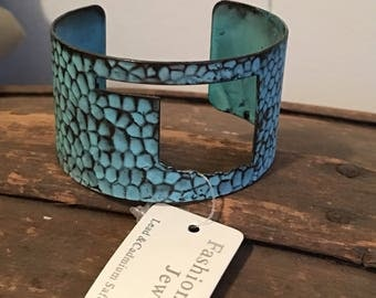 Turquoise hammered style oklahoma cuff