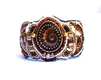 Manchette ammonite et perles brodées à la main