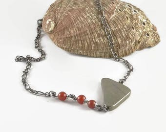 Original gemstones necklace, with hematite slice and frosted red agate on gunmetal chain - An 123Pierres jewel