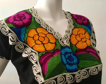 M EMBROiDERED MEXiCAN BLOUSE, Mexican Top, Made in Oaxaca