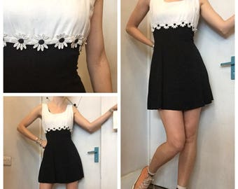 90s  vintage black abd white daisy mini dress uk 10/12