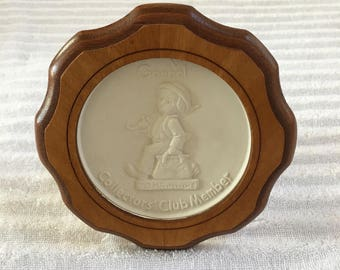 Hummel Collector's Club Member Plaque MARRY WANDERER TMK 5 1972-1979 Great Condition