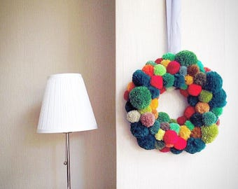 Traditional colours Christmas pompom wreath, pompom wall art, pompom wall hanging, wool fibre art wall hanging