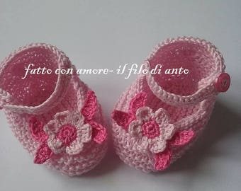 Baby booties in pink