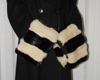 "Chic paire de manchettes  (cuffs)   de fourrure de vison noir et blanc  /Beautiful pair of black and white mink  fur cuffs  21"" X 6"""