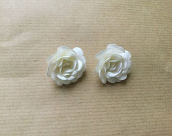 Flower has 3 cm in diameter ivory relief paste