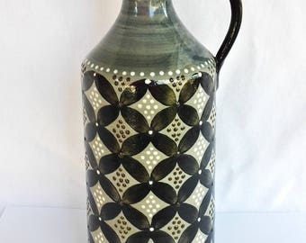 Ceramic vase with a handle